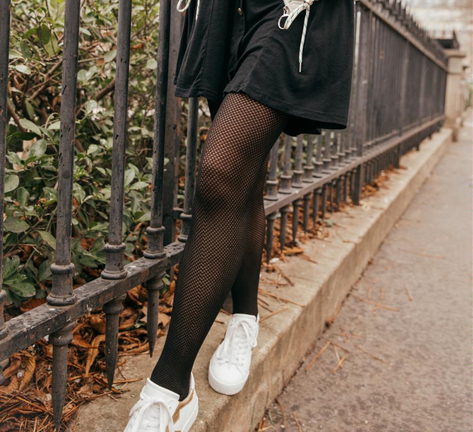 "<img src=""collants et sneakers blanches.jpg"" alt=""collants et sneakers blanches"">"